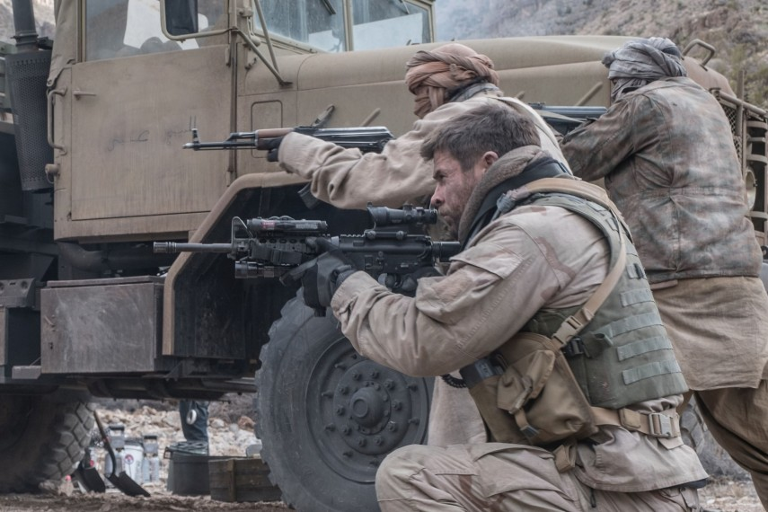 /db_data/movies/12strong/scen/l/410_09_-_Mitch_Chris_Hemsworth_1.jpg