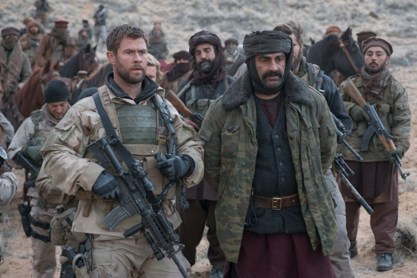 /db_data/movies/12strong/scen/l/410_11_-_Mitch_Chris_Hemsworth.jpg