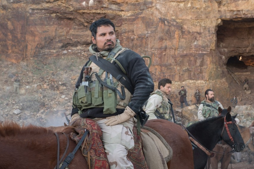 /db_data/movies/12strong/scen/l/410_18_-_Sam_Michael_Pena__David_James.jpg