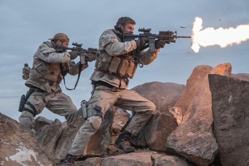 /db_data/movies/12strong/scen/l/410_29_-_Mitch_Chris_Hemsworth__David_James.jpg