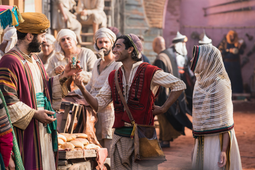 /db_data/movies/aladdin/scen/l/410_18_-_Aladdin_Mena_Massoud_ov_org.jpg