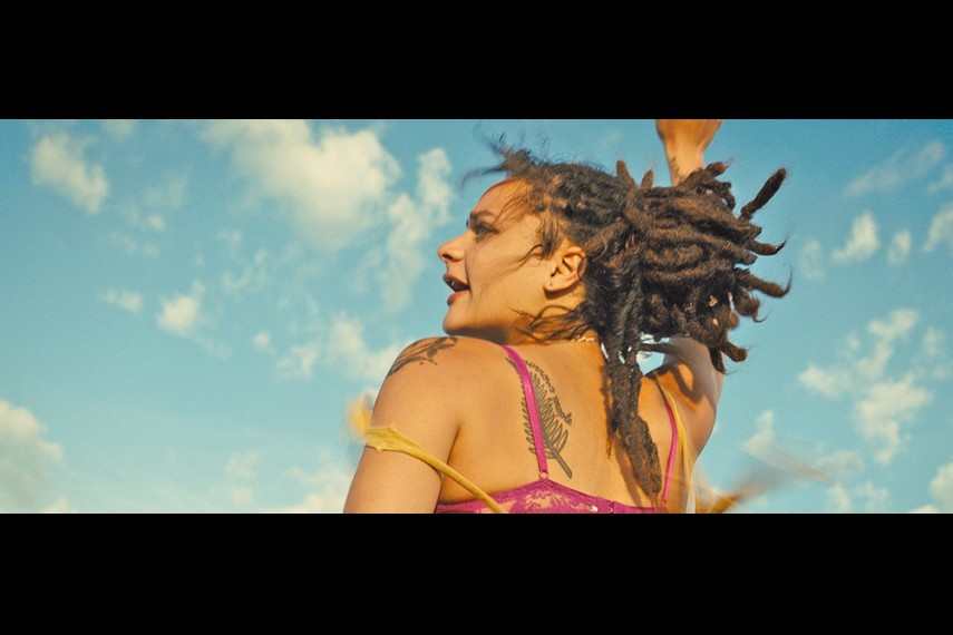 /db_data/movies/americanhoney/scen/l/a257553e09d9ff31aca21bf53f2d1b72.jpg