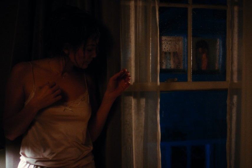 /db_data/movies/boynextdoor/scen/l/Claire_Jennifer_Lopez_window.jpg