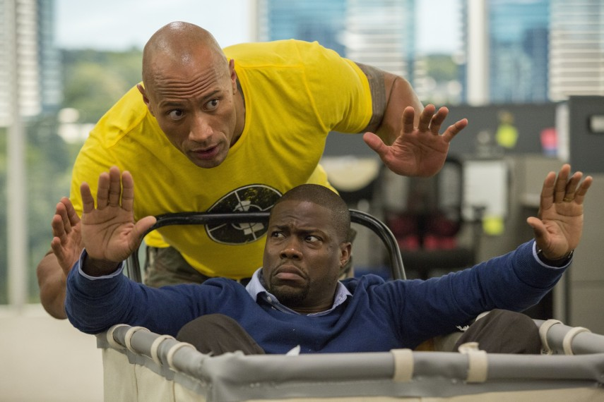 /db_data/movies/centralintelligence/scen/l/Dwayne_Johnson_Kevin_Hart_in_a_cart.jpg