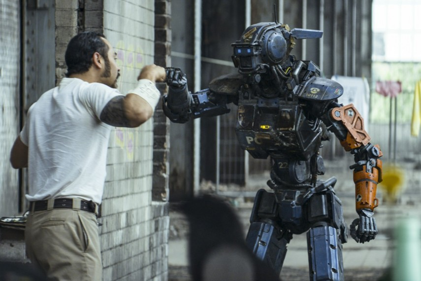 /db_data/movies/chappie/scen/l/410_07__Yankie_Cantillo_Chappi.jpg