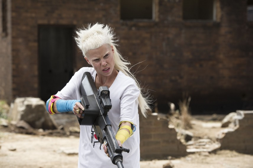 /db_data/movies/chappie/scen/l/410_11__Yolandi_Visser.jpg