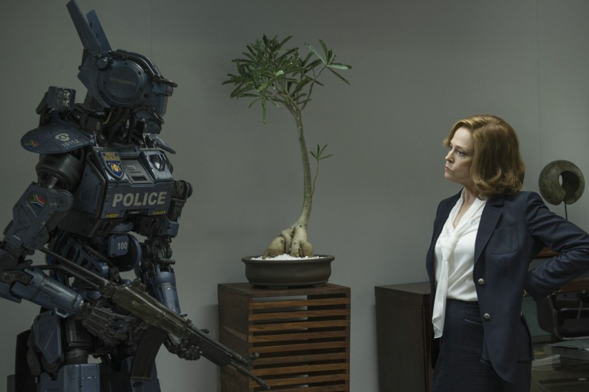 /db_data/movies/chappie/scen/l/410_14__Scene_Picture_Sigourne.jpg