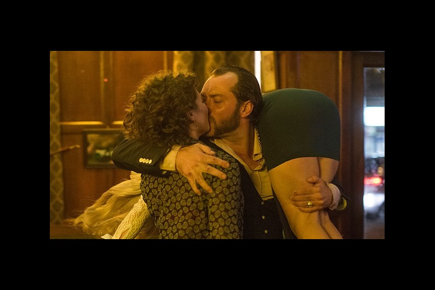 /db_data/movies/domhemingway/scen/l/18ea9-dom4.jpg