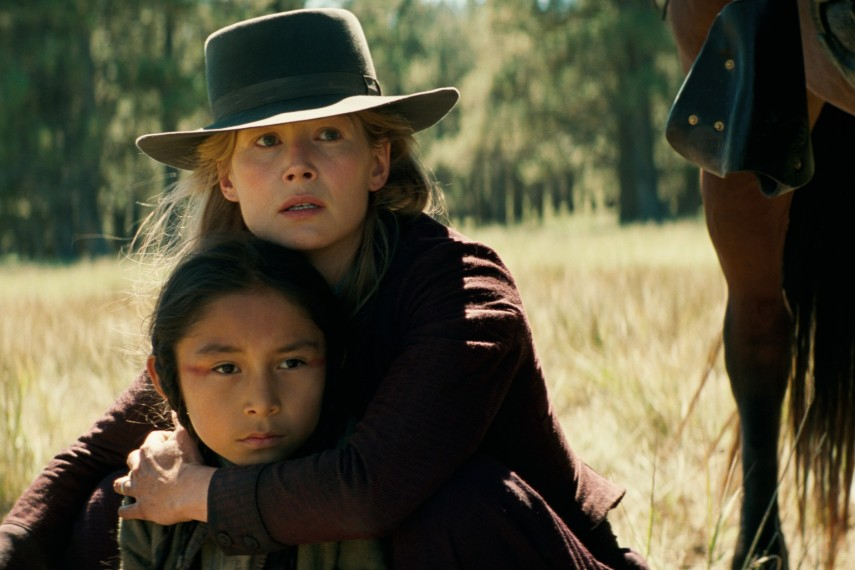 /db_data/movies/hostiles/scen/l/410_06_-_Rosalie_Quaid_Rosamund_Pike.jpg
