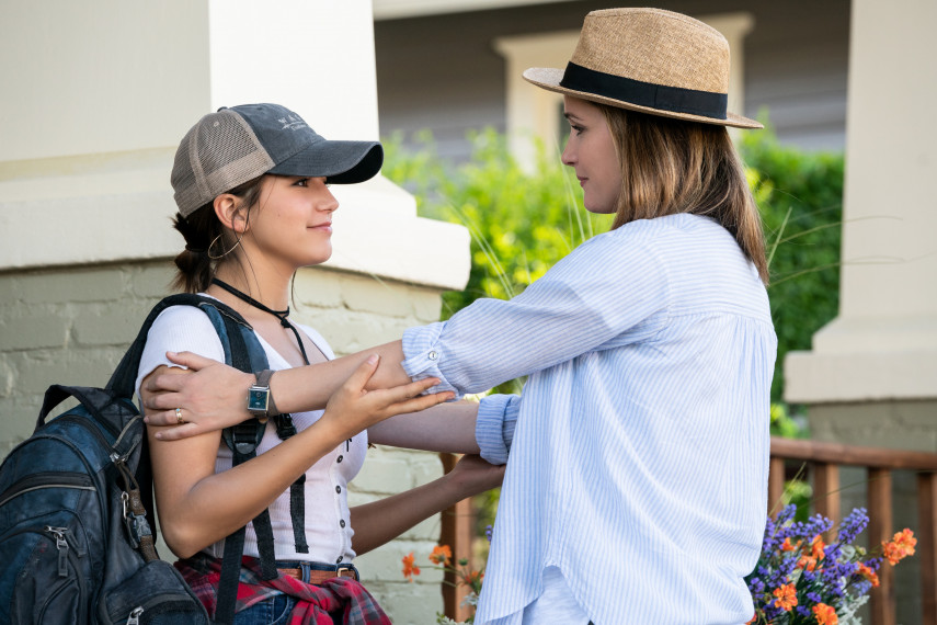 /db_data/movies/instantfamily/scen/l/410_21_-_Lizzy_Isabela_Moner_Ellie_Rose_Byrne.jpg