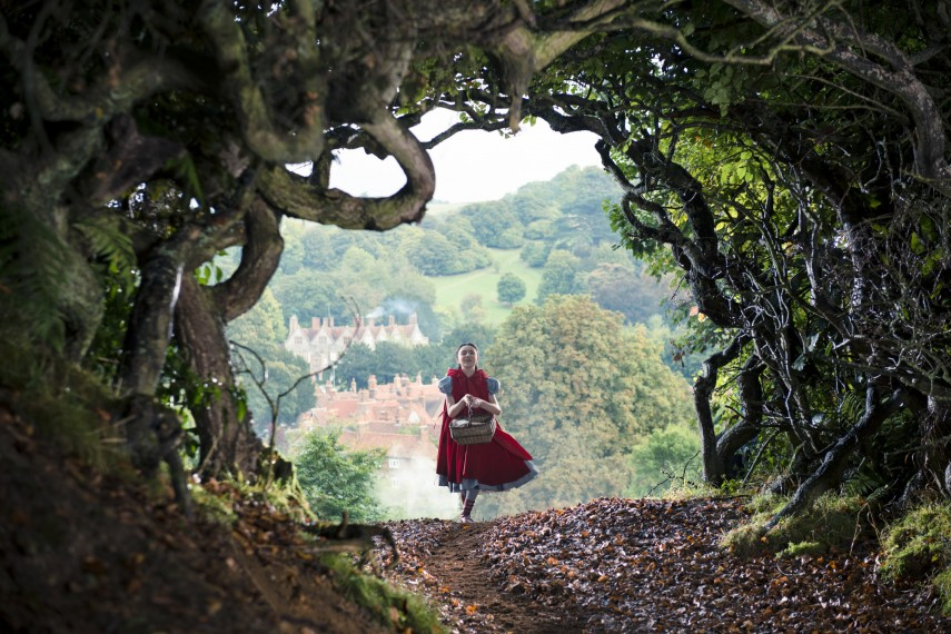 /db_data/movies/intothewoods/scen/l/410_06__Red_Riding_Hood_Lilla_Crawford.jpg