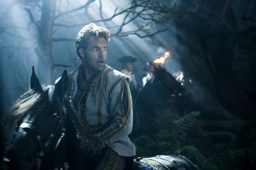 /db_data/movies/intothewoods/scen/l/410_07__Cinderellas_Prince_Chris_Pine.jpg