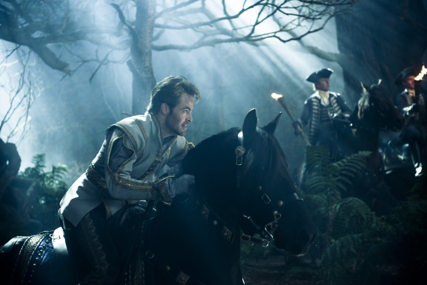 /db_data/movies/intothewoods/scen/l/410_19__Cinderellas_Prince_Chris_Pine.jpg