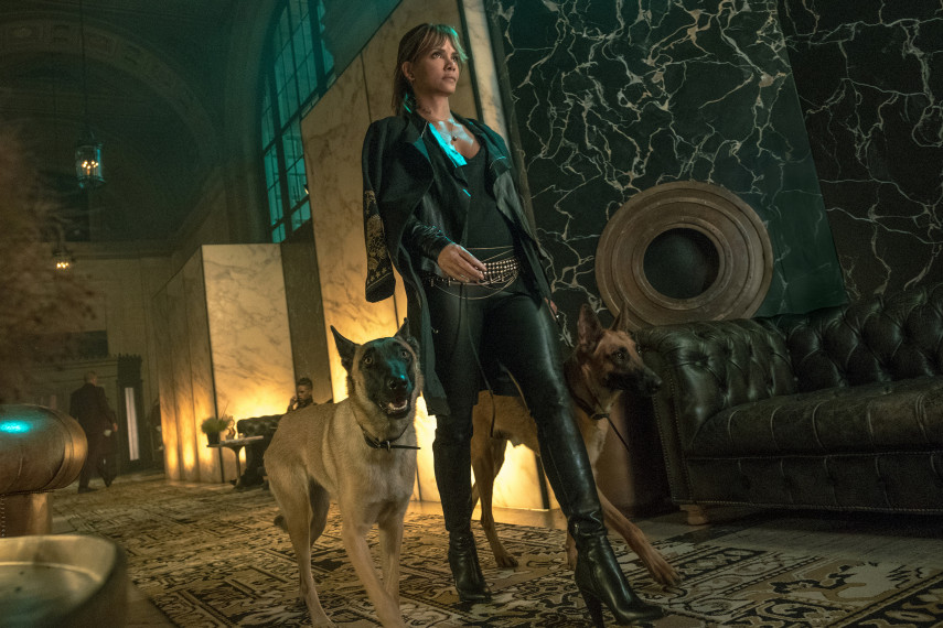 /db_data/movies/johnwick3/scen/l/410_03_-_Sofia_Halle_Berry_ov.jpg