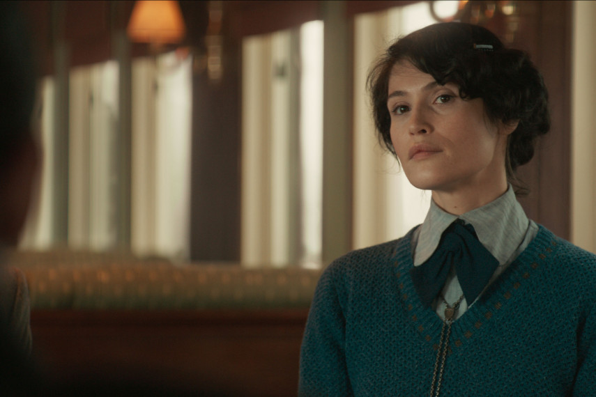 /db_data/movies/kingsman3/scen/l/410_04_-_Polly_Gemma_Arterton_ov_org.jpg