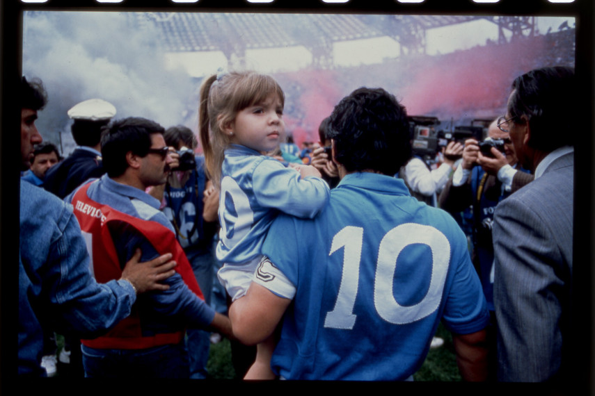 /db_data/movies/maradona2019/scen/l/102_DM.entering.pitch.w.daught.jpg