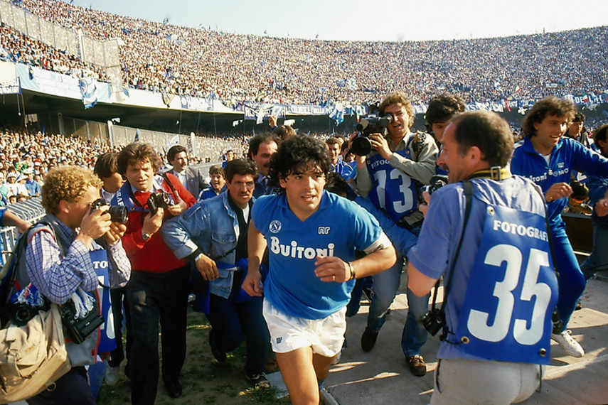 /db_data/movies/maradona2019/scen/l/111_DM.running.onto.the.pitch..jpg