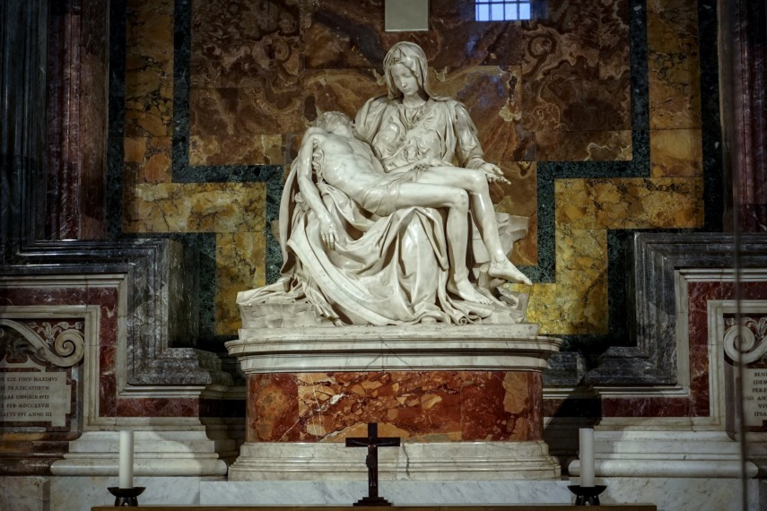 /db_data/movies/michelangeloloveanddeath/scen/l/St Peters Basillica The Pieta .jpg