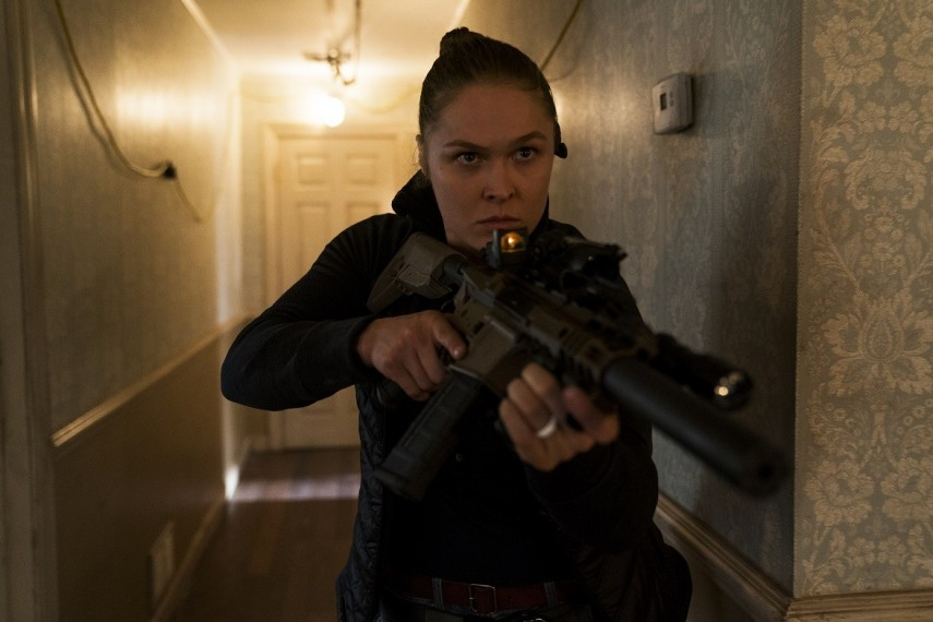 /db_data/movies/mile22/scen/l/410_04_-_Sam_Snow_Ronda_Rousey.jpg