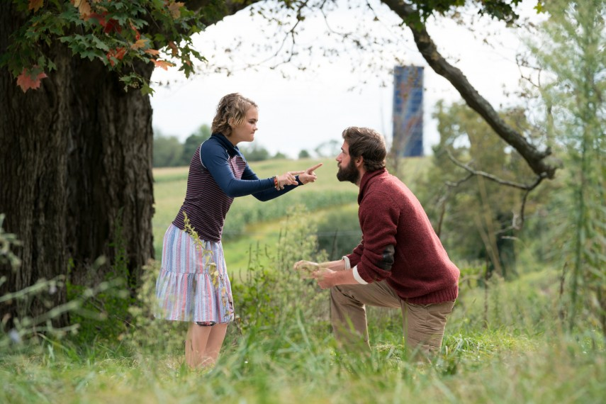 /db_data/movies/quietplace/scen/l/410_13_-_Millicent_Simmonds_John_Krasinski.jpg
