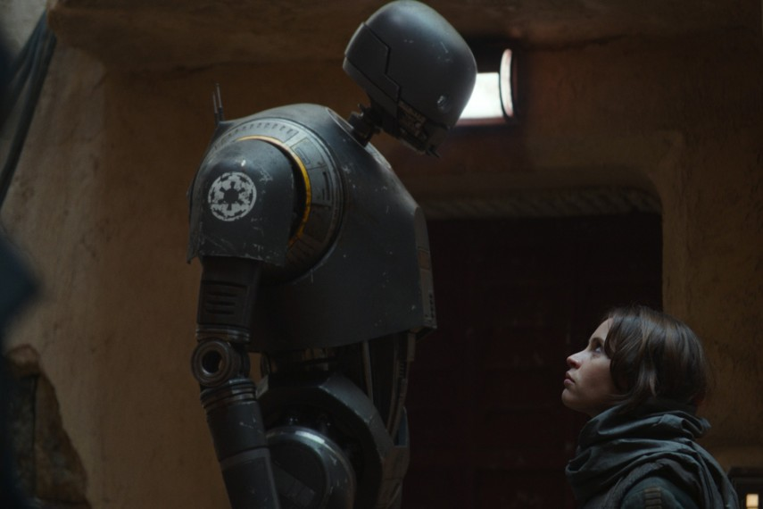 /db_data/movies/rogueoneastarwarsstory/scen/l/410_39_-_K-2SO_Alan_Tudyk_Jyn_.jpg