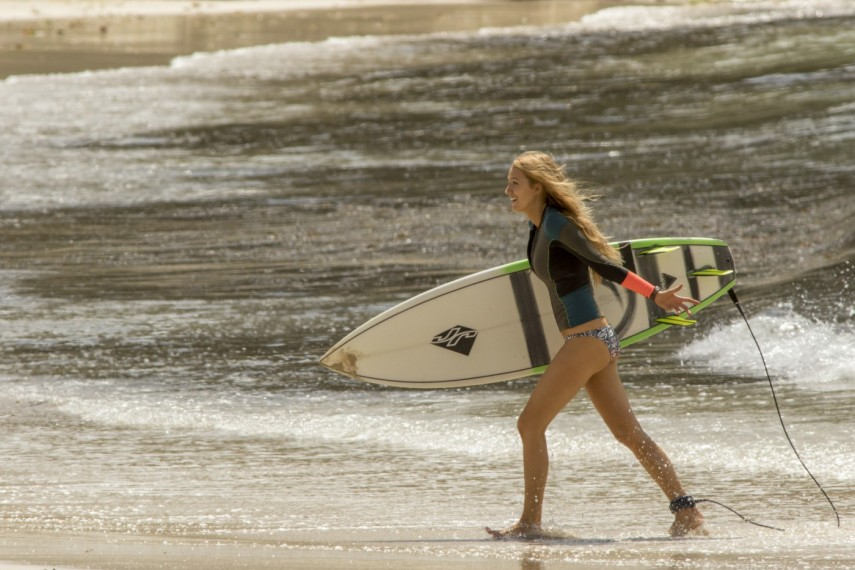 /db_data/movies/shallows/scen/l/410_01_-_Nancy_Blake_Lively.jpg