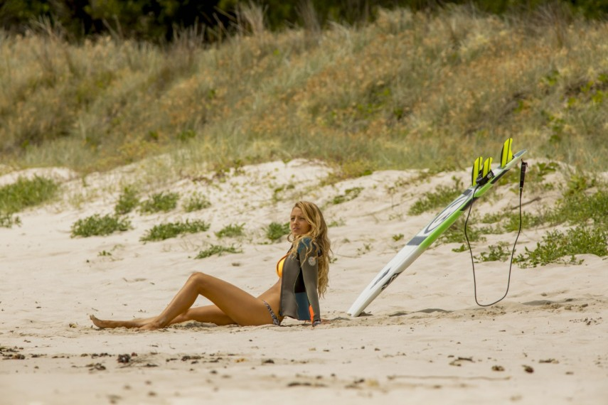 /db_data/movies/shallows/scen/l/410_02_-_Nancy_Blake_Lively.jpg