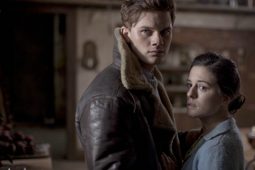 /db_data/movies/womaninblack2/scen/l/410_05__Harry_Jeremy_Irvine_Eve_Phoebe_Fox.jpg