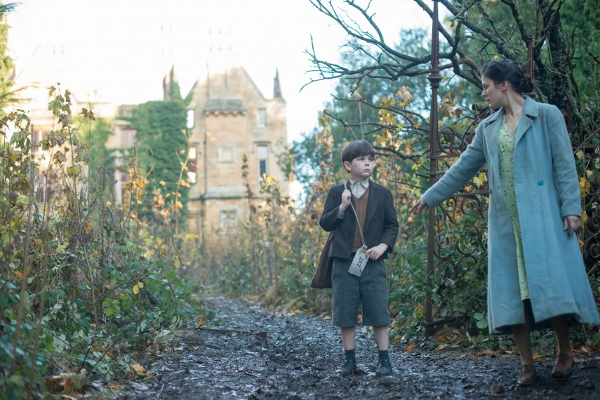 /db_data/movies/womaninblack2/scen/l/410_10__Alfie_Alfie_Simmons_Ev.jpg